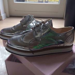 Fede ubrugte sko fra Justfab! Grunden ti - Skanderborg - Fede ubrugte sko fra Justfab! Grunden til at jeg sælger er fordi at størrelsen er for lille. Min søster skulle have brugt dem til sin konfirmation og er en str. 40, men størrelsen ligger nok på en 38,5, da de strammer alt for meget! Jeg - Skanderborg