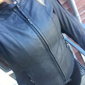 Sælger denne Held Dame jakke anno 2016. - Aalborg  - Sælger denne Held Dame jakke anno 2016. Brugt en halv sæson, står som ny. Den er vedligeholdt og har alle skjolde i. Jeg er en str 40-42 i normalt tøj - den har en rigtig fin facon. Der er lynlås i jakken, hvor man kan lyne bukserne i. Mod - Aalborg