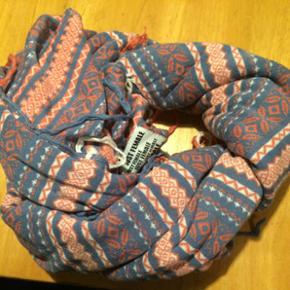Stort halstørklæde Aldrig brugt/ i hvi - Aalborg  - Stort halstørklæde Aldrig brugt/ i hvide blå og lyserøde farver - Aalborg