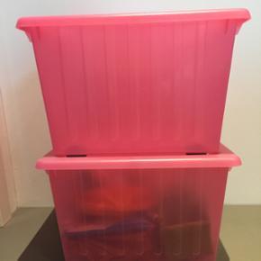 2 stk pink opbevaring på hjul inkl. lå - Fredericia - 2 stk pink opbevaring på hjul inkl. låg, 39x39x28 cm Mp 40kr/stk. Er som nye - ingen brugsspor - røgfrit hjem. Sendes ikke