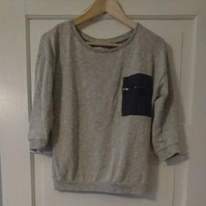 Tynd trøje fra only med korte ærmer og - København - Tynd trøje fra only med korte ærmer og falsk lomme. Lille hul er lavet i ryggen (se billede) - København