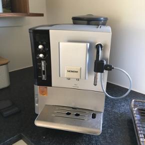 Siemens EQ.5 automatisk espressomaskine. - Hillerød - Siemens EQ.5 automatisk espressomaskine. Velholdt. Fungerer perfekt. Trænger dog til en afkalkning. Er selv løbet tør for rense/afkalkningstabletter. - Hillerød