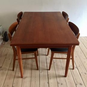 Flot og velholdt teaktræsbord med holla - København - Flot og velholdt teaktræsbord med hollandsk udtræk samt 4 stole i teak med sort betræk fra Farstrup. Måler 139 i længden og 90 i bredden. De to tillægsplader/hollandsk udtræk måler i hver enden 54cm. Dvs bordet kan i alt blive 2,47 me - København