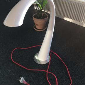 """RoHS bordlampe der er lysdæmper ved ber - Næstved - RoHS bordlampe der er lysdæmper ved berøring af """"halsen"""" af lampen. Hvid med metal fod og rød ledning pæn og velholdt - Næstved"""