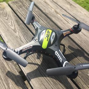 Drone med kamera, som kun har været luf - København - Drone med kamera, som kun har været luften en gang, uden styrt. Der medfølger alt hvad du skal bruge. Oplader, sender, SD kort til kamera, propelbeskyttere for nybegyndere, 4x ekstra propeller og en skruetrækker, USB til SD-kortet, så den - København
