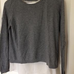 Super fin bluse i grå med hvid sifon in - Hillerød - Super fin bluse i grå med hvid sifon inder-bluse og åben ryg. Er fra H&M i str.S. Meget lidt brugt og fremstår dom ny. Byd. - Hillerød