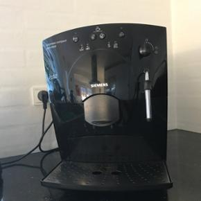 Siemens surpresso compact pure black kaf - Køge - Siemens surpresso compact pure black kaffemaskine med mælkeskummer. Brugt ganske lidt. Der kan laves kaffe i flere styrker. Vandbeholder på 1,8 liter. Maskinen er som ny. Kaffemaskinen til kaffeelskere. - Køge