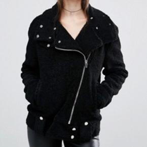 Shearling jacket fra Blank NYC købt på - København - Shearling jacket fra Blank NYC købt på Asos. Str S, fitter oversize. Aldrig brugt. NP: 1200kr Se også gerne mine andre annoncer hvor jeg sælger Notabene loafers, zadig pung og andet ! - København