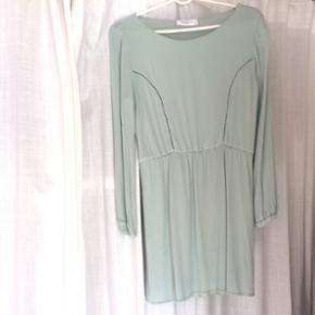Mintgrøn kjole med fine detaljer på de - Odense - Mintgrøn kjole med fine detaljer på den øverste del af kjolen. Brugt få gange. Sælges fordi den er blevet for kort til mig (er 180 cm høj) Er en størrelse L, men kan passes af en M.