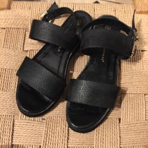 Sandal/sommersandal, købt i Primark. Br - Vejle - Sandal/sommersandal, købt i Primark. Brugt få gange. Str. 39, men jeg er en 38, og passer den perfekt. - Vejle