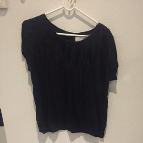 """Sort Occupied blouse med skriften """"heart - Frederikshavn - Sort Occupied blouse med skriften """"heart"""" - str. 36 - mp. 30 kr. - Frederikshavn"""