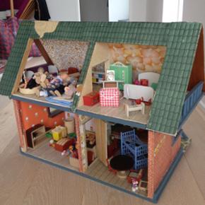 Dukkehus med 4 rum. Indbygget køkken .  - Esbjerg - Dukkehus med 4 rum. Indbygget køkken . Indvendige døreOverdækket indgang og gynge itil dukken. Nogle af dukkerne er solgt. Med indhold - Esbjerg