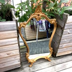 Flot spejl med dekorativ, kurvet ramme i - Odense - Flot spejl med dekorativ, kurvet ramme i guld. Højde: 88cm Længde: 55cm - Odense
