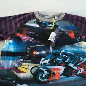 Drengebluse fra Molo med motorcykler. Li - København - Drengebluse fra Molo med motorcykler. Lilla/gråstribede ærmer. Aldrig brugt. Str. 152 - København