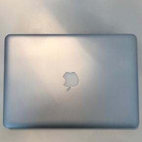 MacBook Pro 13' tommer sælges! Jeg sæl - København - MacBook Pro 13' tommer sælges! Jeg sælger min MacBook Pro som er købt i 2013. Den virker præcis som den skal og har ingen fejl. Jeg har lige fået skiftet harddisk kabel på den, så den er super hurtig og renset blæseren. Der er en lill - København