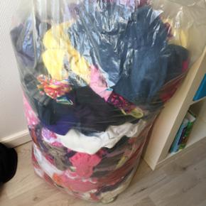 En hel sæk pigetøj i blandet størrels - Nakskov - En hel sæk pigetøj i blandet størrelser. Skal bare væk da vi venter en dreng. - Nakskov