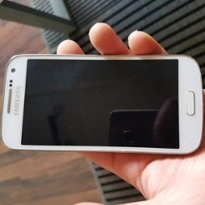Samsung Galaxy s4 mini sælges, lige kna - Esbjerg - Samsung Galaxy s4 mini sælges, lige knap 2 år gammel. Kvit. haves et sted. Har en flænge på tværs af skærmen. (Se næste billede). Ellers fejler den absolut intet! Original lader medfølger. Sælges til 500 kr. 6715- Tarp OBS - KUN SERIØS - Esbjerg
