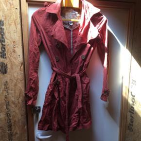 Trench coat fra billabong i flot rustrø - København - Trench coat fra billabong i flot rustrød Knap på den ene skulder er faldet af. Derfor den billige pris, men kan sagtens sætte en ny på Nypris 699 - København