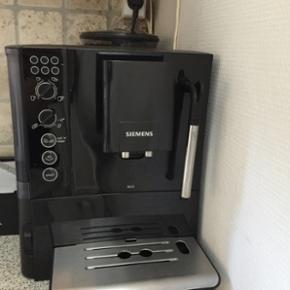 Siemens EQ5 Fuldautomatisk kaffemaskine  - Odense - Siemens EQ5 Fuldautomatisk kaffemaskine 15 bar, 1,7 L aftagelig vandtank, 300g bønnebeholder, Keramisk kværn, milkPerfect med automatisk piskning direkte i koppen med mælkeskummeren, Sort Sælges da den ikke bliver brugt nok. Alt fungerer perf - Odense