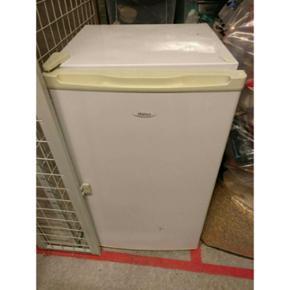 Lille køleskab sælges til 650 kr ! Det - Aalborg  - Lille køleskab sælges til 650 kr ! Det er et a+ køleskab, med lidt små skrammer på forsiden. Lågen kan dog vendes. Ellers fejler det intet.