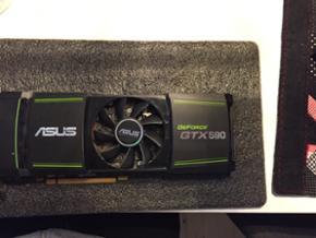 NVIDIA GeForce GTX 590 - Efterhånden et - Aalborg  - NVIDIA GeForce GTX 590 - Efterhånden et gammelt grafikkort, men er velfungerende. Byd :) - Aalborg