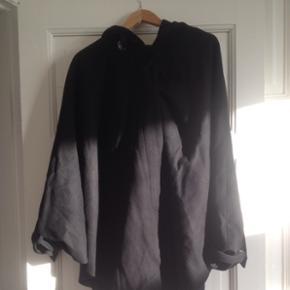 Frakke/kappe i sort fra H&M. Med hætte  - København - Frakke/kappe i sort fra H&M. Med hætte og store flagermuseærmer - København