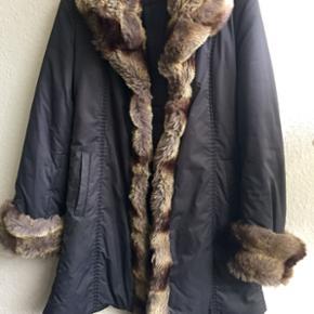 Frakke fra Alain Klein i Str. 40 Pels de - København - Frakke fra Alain Klein i Str. 40 Pels detaljer, lommer i siden, lukkes med hægter fortil og bælte Np: 1500,- Næsten som ny Se også mine andre annoncer