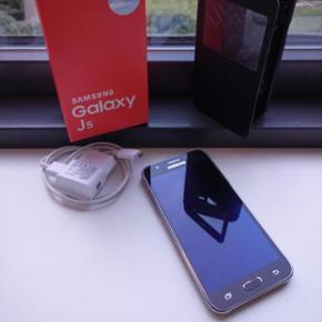 Samsung Galaxy J5! Sælger min Galaxy J5 - Kolding - Samsung Galaxy J5! Sælger min Galaxy J5, da jeg har fået nyt tlf. Det er er par ridser bagpå (pga en medarbejder der tabte bagcoveret på gulvet.) Men ellers er tlf som ny! Der medfølger cover, lader, kasse og kvittering. Den er fra 17-5-16. - Kolding