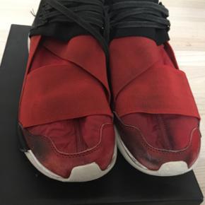 Sælger disse y3 sko, de er en str 40 2/ - Randers - Sælger disse y3 sko, de er en str 40 2/3, men kan også sagtens passe en 41-41,5. De er meget misfarvet på snuden, men ellers er der ikke rigtig noget. Tag dem til 300 kr og så giver jeg fragt Er fra Randers. - Randers