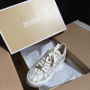 Sælger disse ægte Michael kors sko, st - Silkeborg - Sælger disse ægte Michael kors sko, str 36,5 sælges da jeg har købet dem lidt for store... returnering tager 10 dage, vil gerne så tæt på ny pris som muligt, nypris var 1000,- men jeg skulle betale Porto på 110,- så derfor går jeg ik - Silkeborg