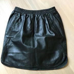 Wardrope skin nederdel str 36 aldrig bru - Randers - Wardrope skin nederdel str 36 aldrig brugt. Ny pris 1300 (pris skilt sidder på) - Randers
