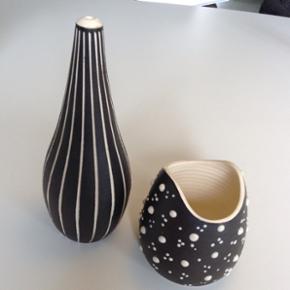 Tigo vase og skål, Derby Tigo-Ware Retr - Hillerød - Tigo vase og skål, Derby Tigo-Ware Retro/ vintage vase og skål af Derby Tigo-Ware, designer Tibor Reich (1916-1996)(tekstil designer). Tigo mærke i bunden. Fra 1950. Flaske vase med græskar form. ( 21,5x5,5x8,5 ) Hvid krop med sgraffito st - Hillerød