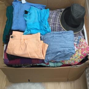 Kasse med alverdens tøj, tørklæder, s - Århus - Kasse med alverdens tøj, tørklæder, stiletter, sandaler, taske, punge, bælter, sengetøj og to hatte Hele kassen kan sælges samlet - Århus