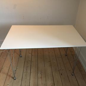 Neutralt hvidt spisebord med plads til 4 - Esbjerg - Neutralt hvidt spisebord med plads til 4 personer. Den er i en ok stand, men med enkelte brugsridser i overfladen (se sidste billede). - Esbjerg