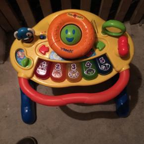 Aktivitetsgåvogn med forskellige indsti - Nykøbing F - Aktivitetsgåvogn med forskellige indstillinger til dit barn, når det vokser. Med denne VTECH Grow & Go Walker-gåvogn stimuleres dit barns sanser og fantasi af blinkende lys, musik, lyd og sjove udtryk. Vokser i takt med, at din barn vokse - Nykøbing F
