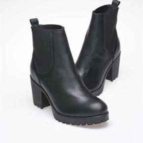 Et par sorte Vagabond støvler i større - Odense - Et par sorte Vagabond støvler i størrelse 37. Ikke brugt mere end et par gange, og fremstår derved som nye. Ny prisen er 800 - byd en fair pris! - Odense