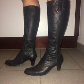 """Billi Bi støvler i ægte læder med """"py - Hjørring - Billi Bi støvler i ægte læder med """"pyton-præg"""". Brugt højest 5 gange, så de er så gode som nye! Ingen tegn på slid. Nypris: 1899,- - Hjørring"""