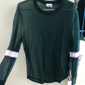 Tynd H&M Studio SS15 trøje i grøn med  - Viborg - Tynd H&M Studio SS15 trøje i grøn med detaljer ved albuen Stort set aldrig brugt, dog er der ved højre ærme et par tydelige tråde - der nemt forekommer da materialet er så tyndt Str 40 - Viborg