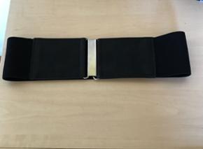 Bredt sort bælte med stretch. Str 70 BY - Aalborg  - Bredt sort bælte med stretch. Str 70 BYD - Aalborg