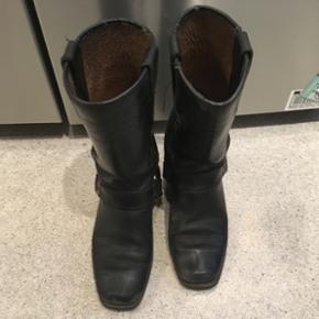Sorte læderstøvler af kærnelæder. Br - Århus - Sorte læderstøvler af kærnelæder. Brugt, men fungere stadig. Skal dog forbi en skomager og ha lidt lim da snuden er gået op, men kan nemt og billigt laves. Kan også bruges som motorcykelstøvler. - Århus