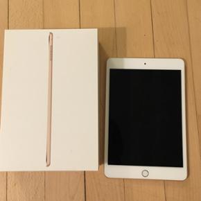 IPad mini 4, 64 GB, Perfekt iPad Mini 4, - København - IPad mini 4, 64 GB, Perfekt iPad Mini 4, 64GB med wifi, i farven guld. Købt 10. februar 2016 hos Elgiganten. Elektronisk kvittering haves (den sendes til din mail når jeg har overrakt iPad til dig og ikke før!). Der er ingen ridser og den  - København