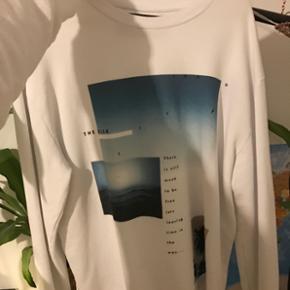 Sweatshirt fra Zara med afklippet detalj - Aalborg  - Sweatshirt fra Zara med afklippet detalje i bunden, str L ( kan sagtens passes af m) aldrig brugt. Kan sagtens sendes :) - Aalborg