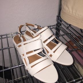 Hvide sandaler fra H&M, aldrig brugte da - Århus - Hvide sandaler fra H&M, aldrig brugte da de var en anelse for store til mig. NP var 299, men BYD! - Århus
