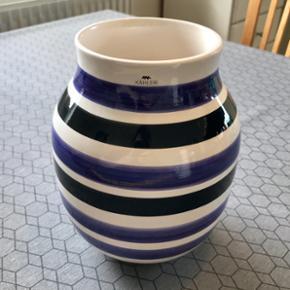 Kähler Omaggio vase med lilla og sorte  - Aalborg  - Kähler Omaggio vase med lilla og sorte striber. Perfekt stand. 21 cm høj, 17 cm bred. - Aalborg