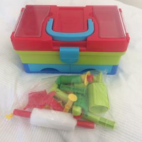 Masser af legetøj til modellervoks. Ink - København - Masser af legetøj til modellervoks. Inklusiv kuffert til opbevaring. Brugt men fint. - København