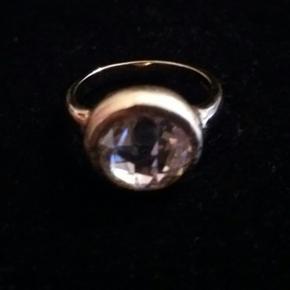Ring i forgyldt 925 sterlingsølv med st - Århus - Ring i forgyldt 925 sterlingsølv med stor klar, facetslebet zirkon. Stenens fatning (forsiden) er børstet, dvs. mat, mens selve ringskinnen (bagsiden) er blank. Str. 52 (indvendig diameter: 16,55 mm). Zirkon - diameter: 10 mm. Ny. - Århus