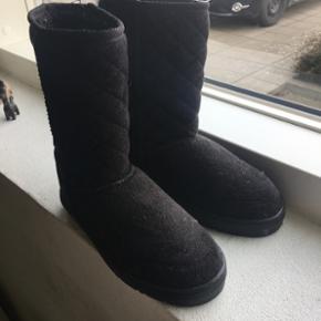 Bamsestøvler i sorte Næsten aldrig bru - Vejle - Bamsestøvler i sorte Næsten aldrig brugt (2 gange ca) Str 3/36 Np: ca 150-200,- BYD! - Vejle