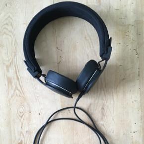 URBANEARS Plattan TX headphones i mat so - København - URBANEARS Plattan TX headphones i mat sort. God lyd og med ZoundPlug, så man kan tilslutte et ekstra sæt hovedtelefoner. Købt 31.05.17 og kun brugt få gange. Fremstår som nye. - København