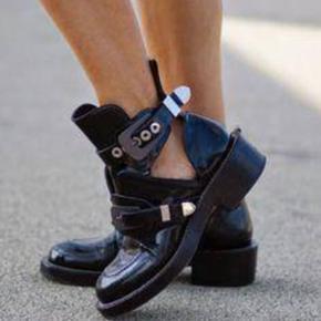 Balenciaga ceinture cutout boots større - København - Balenciaga ceinture cutout boots størrelse 38. Næsten som nye, brugt 2-3 gange. Disse er limited edition og kan ikke fåes længere. De har kun sølvspænder, dem der laves nu har en blanding af sølv og guldspænder. Kvittering haves ikke  - København