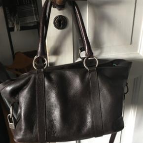 Flot lædertaske fra italienske Max Mara - København - Flot lædertaske fra italienske Max Mara. Farven er mørkebrun. Tasken har to hank til at bære den på skulderen plus et langt rem til at bære den cross over. Stor udvendig lomme på forside og indvendige lommer. Jeg har købt tasken i Max  - København
